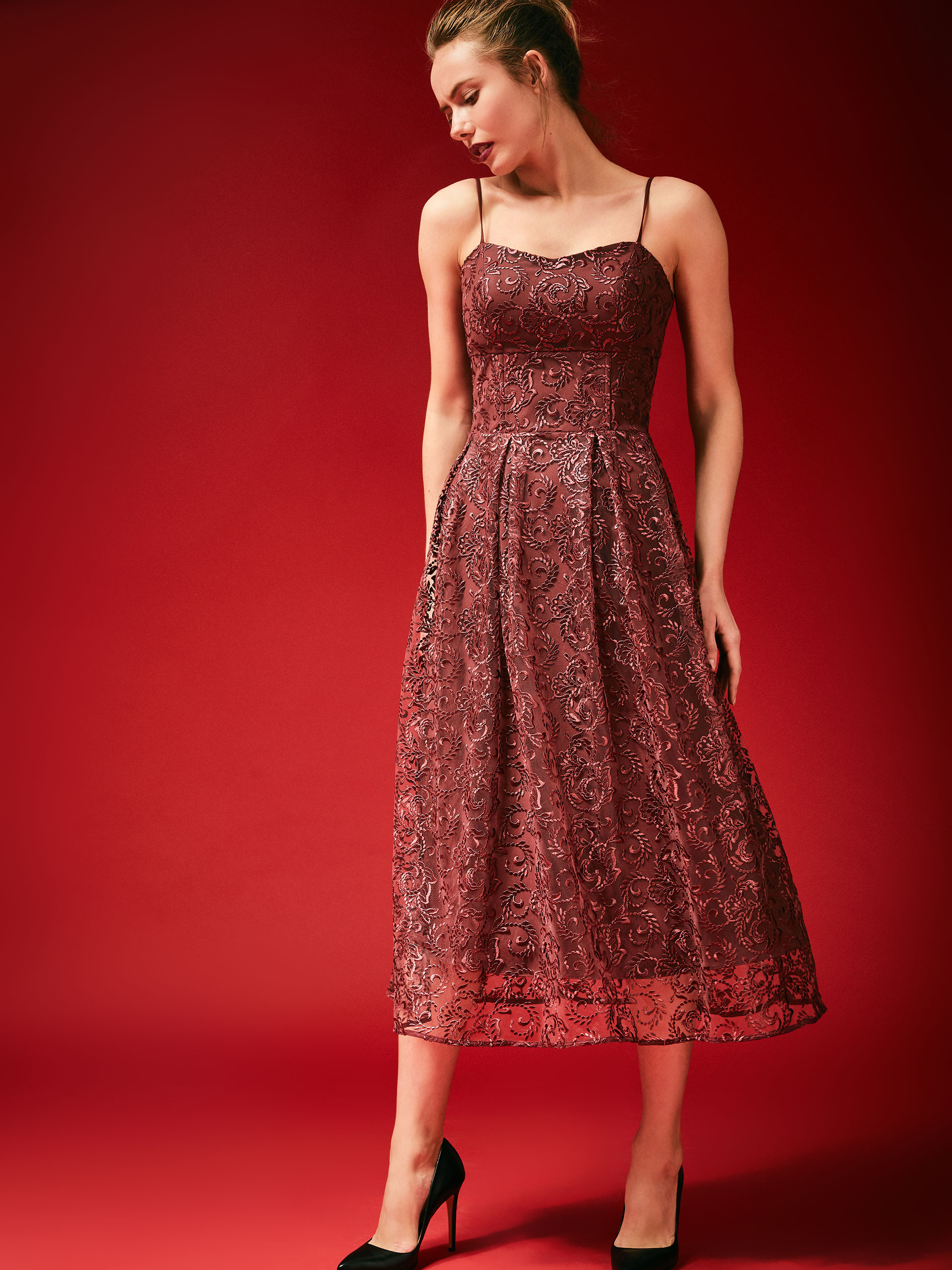 Платье с вышивкой на бретелях